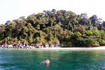 Sonja is snorkeling while Keanu is exploring the corals from above (Koh Adang)